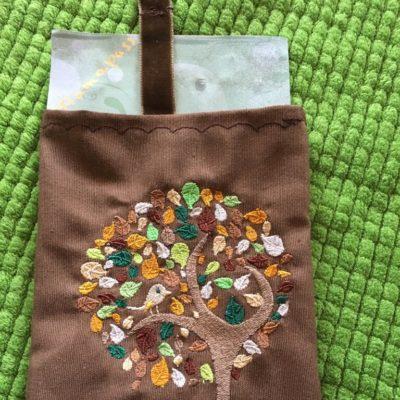 Handgenähte, bestickte Tasche mit Intialien