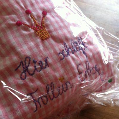 Sonderanfertigung: Bett und Puppe bestickt (Stickerei)